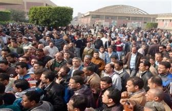 """عشرات العاملين بمصنع سكر نجع حمادي ينهون وقفتهم الاحتجاجية بعد تدخل """"القيادات"""" لبحث مطالبهم"""