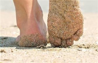 """لن يلتصق الرمل بقدميك المبللة مرة أخرى.. 11 حيلة لمصيف خال من """"العكننة"""""""