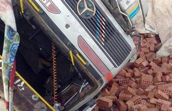 كثافة  مرورية بطريق الأوتوستراد باتجاه المعادى بسبب إنقلاب سيارة محملة بالطوب