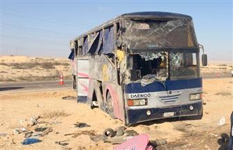 مصرع طفلين وإصابة 5 آخرين في انقلاب أتوبيس ركاب بالطريق الدولي الساحلي في مطروح | صور