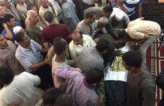 المئات من أبناء الأقصر يشيعون جثمان الشهيد طارق إبراهيم.. والجنازة تتحول إلى تظاهرة ضد العنف | صور