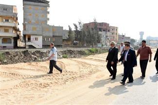 محافظ الشرقية يتفقد أعمال تغطية ورصف طريق (البيروم-الفدادنة) في فاقوس