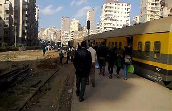 """العناية الإلهية تنقذ مشرف بـ""""السكك الحديدية"""" من الموت أسفل قطار بالإسكندرية"""