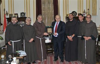 وفد من الرهبان الفرنسيسكان الكاثوليك يزور رئيس جامعة القاهرة | صور