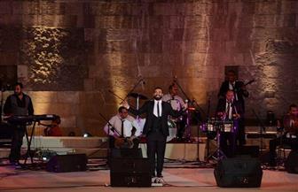 أحمد سعد يعزي أهالي ضحايا قطاري الإسكندرية من على مسرح المحكي| صور
