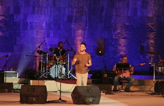 """أحمد جمال يهدي جمهوره أغنية جديدة ويلتقط معهم """"سيلفي"""" على المسرح"""