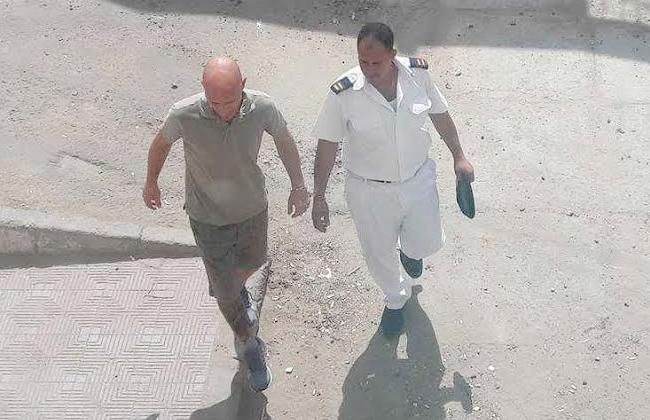 وصول السائح الإيطالي المتهم بقتل المهندس المصري بمرسى علم إلى محكمة الغردقة   صور -