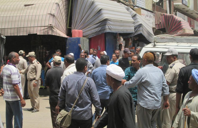 مشاجرة بين قوات الأمن والباعة الجائلين خلال حملة إزالة تعديات علي الشوارع   صور -