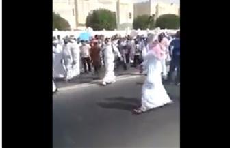 قطريون يتظاهرون بالدوحة احتجاجًا على منع الطائرات السعودية من نقل حجاج بلادهم   فيديو
