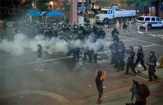 الشرطة تستخدم رذاذ الفلفل لتفريق محتجين أمام حشد لترامب في فينكس