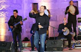 هشام عباس يهز مسرح القلعة