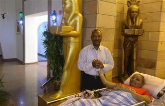 الناس في حبه سكارى.. مُسنة تزور متحف النيل على سرير متحرك