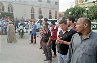 توافد أهالى بركة السبع على مسجد الأنصار انتظارًا لوصول جثمانى شهيدى الشرطة