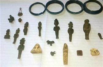 ضبط 23 قطعة أثرية فرعونية بحوزة موظف بالسكة الحديد بالمنيا | صور