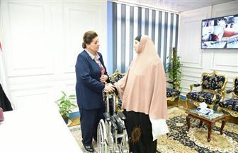 نادية عبده تُسلم كرسيًا متحركًا لوالدة أحد الأطفال المعاقين|صور