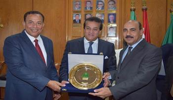 تكريم رئيس جامعة الفيوم أثناء مشاركته في فعاليات أسبوع الجامعات بالمنوفية
