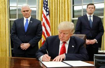 ترامب يوقع قرارا يدين العنصريين البيض