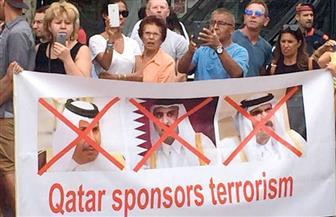 """بلافتة """"إرهاب قطر يهدد العالم"""".. مظاهره حاشدة في باريس لرفض استقبال """"تميم"""""""
