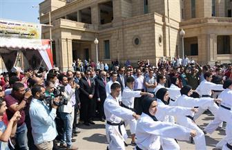 """وزير التعليم العالي يلعب """"تنس طاولة ورست"""" مع طلاب جامعة القاهرة"""