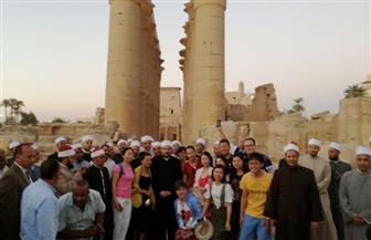وزير الأوقاف يلتقط صورًا مع السائحين في معبد الأقصر ومسجد أبو الحجاج| صور