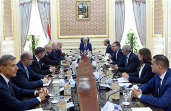 رئيس الوزراء يلتقي وفد 5 شركات ألمانية وبولندية وقعت عقودًا للاستثمار في محور قناة السويس| صور