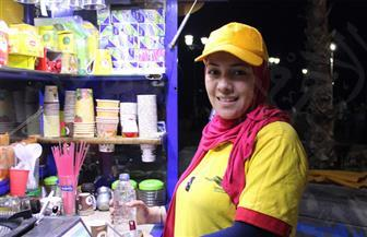 فتاة جامعية تتحدى البطالة ببيع المشروبات الساخنة على كورنيش الإسكندرية   صور