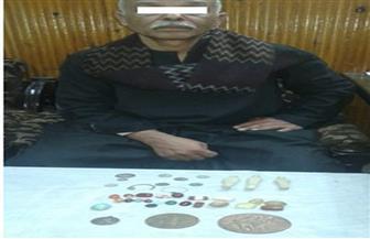 شرطة السياحة تضبط شخصًا بحوزته 14 قطعة أثرية قبل بيعها بالمنيا