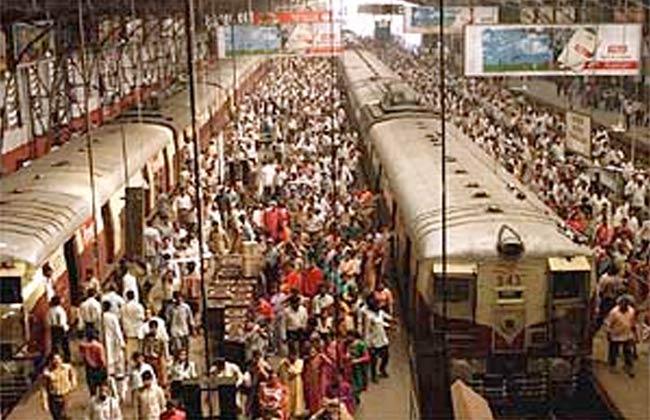 وفاة 22 وإصابة 39 آخرين في تدافع قرب محطة للسكة الحديد بمومباي