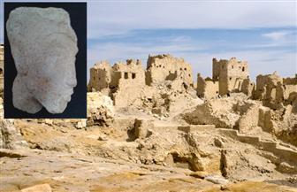 اكتشاف رأس تمثال للملك إخناتون بتل العمارنة بالمنيا