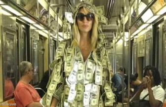 عارضة أزياء أرجنتينية ترتدي ثوبًا من الدولارات لمساعدة المحتاجين
