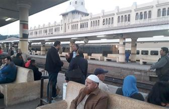 وزير النقل يتفقد محطة طنطا ويستقل كابينة جرار لمتابعة تحديث نظم الإشارات والمزلقانات | صور