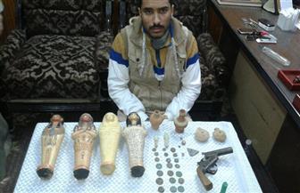 ضبط عامل بحوزته 40 قطعة أثرية قبل بيعها بالمنيا | صور