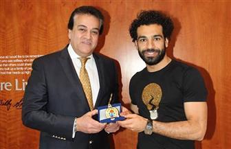 وزير التعليم العالي يزور محمد صلاح ويمنحه ميدالية تكريم  صور