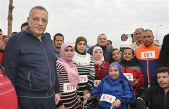 محافظ الجيزة يشارك في ماراثون جري بمدينة 6 أكتوبر | صور