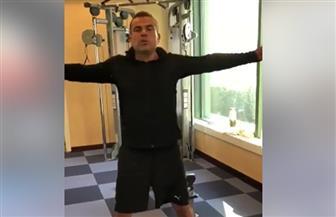 عمرو دياب يستعرض لياقته البدنية في فيديو على إنستجرام