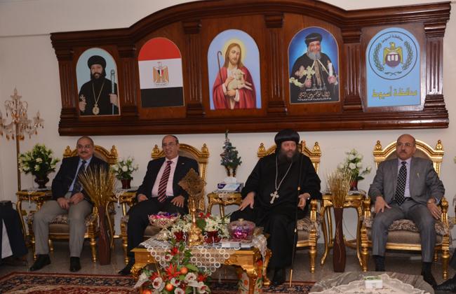 وفد من جامعة أسيوط يزور عددا من الكنائس والأديرة للتهنئة بعيد الميلاد   صور -