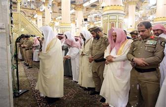 """إمام المسجد النبوي يؤم المصلين في صلاة الظهر من محراب رسول الله """"صلى الله عليه وسلم"""""""