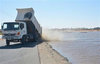 معدات ثقيلة ولوادر لترميم جسر البركة المنهار بشرق بولاق بالوادي الجديد |  صور