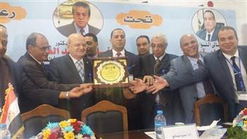 تكريم رئيس جامعة الزقازيق في المؤتمر العلمى الدولى الخامس لصحة وسلامة الغذاء بدمنهور