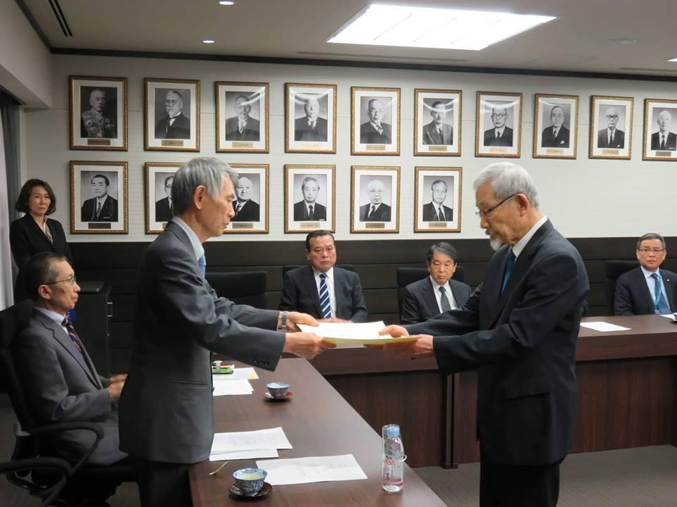 البرفيسور موتو أثناء منحه درجة الأستاذية الفخرية بجامعة تاكوشوكو في طوكيو