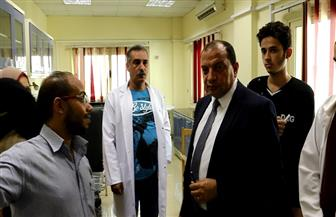"""رئيس جامعة بني سويف يتابع المرحلة الأخيرة من تحليل """"فيروس سي"""" بالمركز الطبي   صور"""