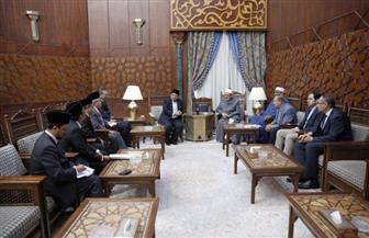 مبعوث رئيس الوزراء الماليزي يسلم شيخ الأزهر دعوة لزيارة بلاده | صور