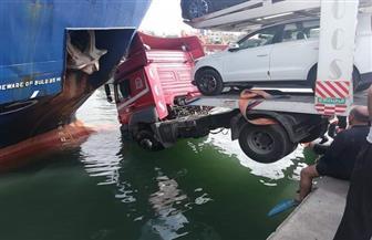 رفع شاحنة سيارات سقطت في مياه البحر بميناء الإسكندرية صور