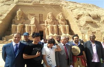 توافد السائحين بمدينة أبوسميل لمشاهدة تعامد الشمس على وجه الملك رمسيس | صور