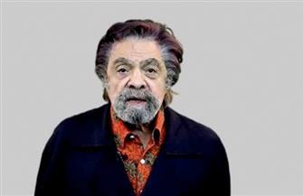 شاهد.. الراحل سمير الإسكندراني يظهر مهاراته الصوتية في غناء الموال والإنجليزية |فيديو