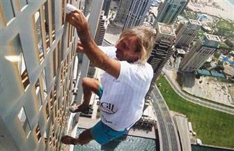 """""""الرجل العنكبوت"""" يتسلق برجا ارتفاعه 230 مترا في لندن والشرطة تعتقله"""