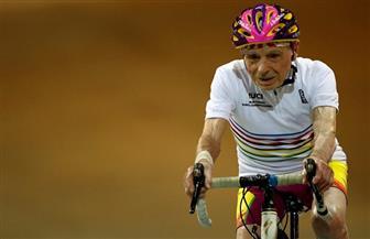 فرنسي عمره 107 أعوام يتراجع عن اعتزال الرياضة ويعود لركوب الدراجات