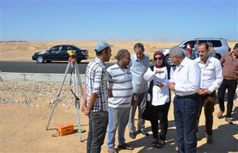 محافظ السويس يطالب بسرعة انتهاء رصف الطريق الدائري  صور