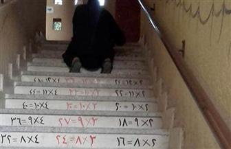 للتعليم بالبصر.. رسم جدول الضرب على سلالم مدرسة ابتدائية بقنا |صور