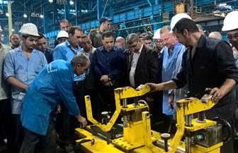 رئيس هيئة السكة الحديد يفاجئ ورش كوم أبوراضى ويكافئ عددا من العمال المتميزين| صور